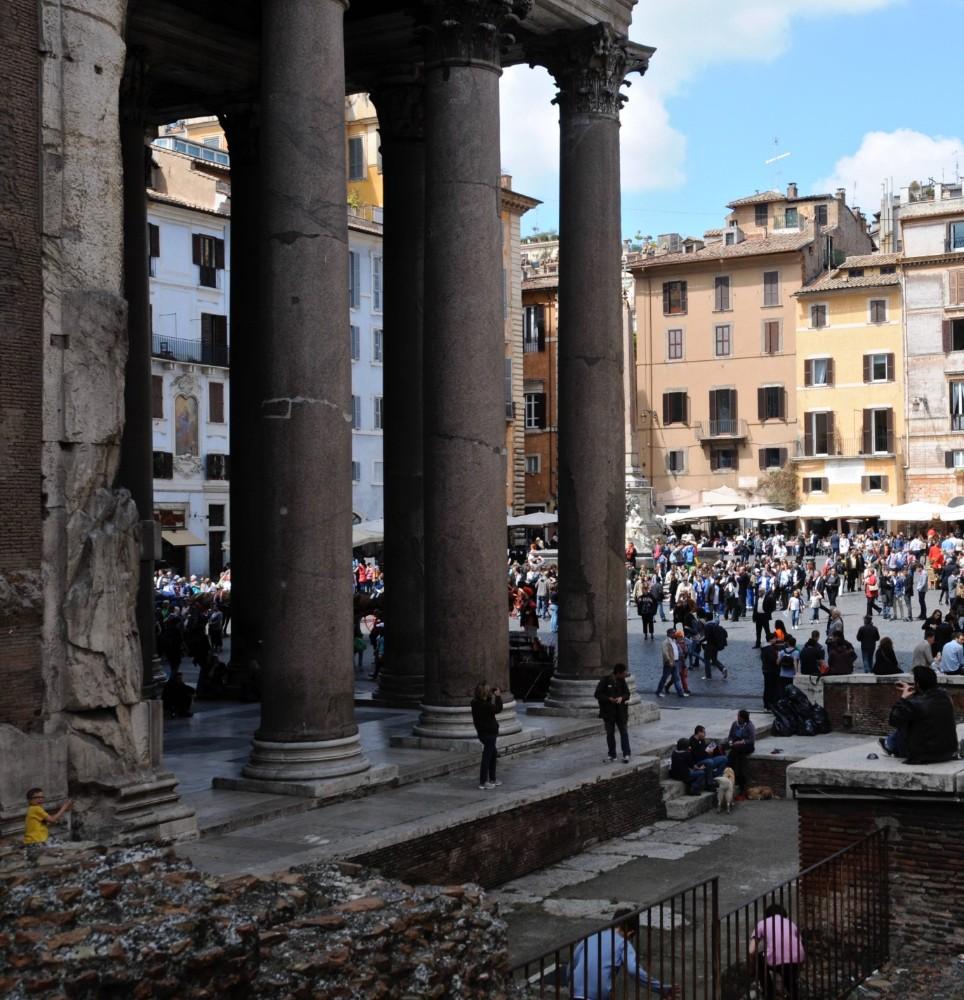 Bakom Pantheons granitkolonner skymtar en blåputsad husfasad vid Piazza della Rotonda, foto Bjur arkitekter 2012