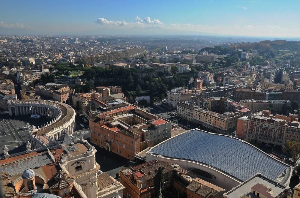 Vy från Peterskyrkans kupol med den påvliga audienssalen av arkitekt och ingenjör Pier Luigi Nervi 1971, foto arcobello 2014